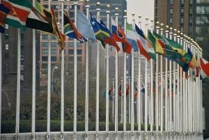 flaggstänger-med-flaggor